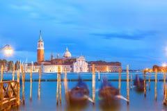 Église et gondoles de San Giorgio Maggiore à Venise, Italie pendant le lever de soleil bleu d'heure Foyer sur l'église images stock