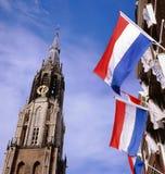 Église et indicateurs neufs au marché à Delft photo stock