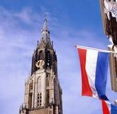 Église et indicateurs neufs au marché à Delft images stock
