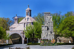 Église et khachkar, croix-pierre dans la cathédrale Etchmiadzin, Vagharshapat, Arménie Image stock