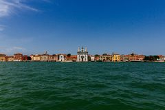 Église et maisons de l'île de Giudecca au-dessus de l'eau, dans Venic image stock