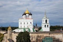 Église et oiseaux en été Image stock