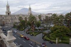 Église et palmiers sur Plaza de Armas à Arequipa, Pérou, Amérique du Sud image libre de droits