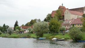 Église et paysage urbain historique de Havelberg avec les maisons traditionnelles de brique et les maisons à colombage dans les b banque de vidéos