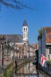 Église et peu de pont au-dessus d'un canal à Amersfoort Image stock