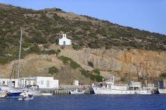 Église et port de fishermens photos stock