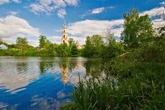 Église et soleil d'été en Russie Photographie stock