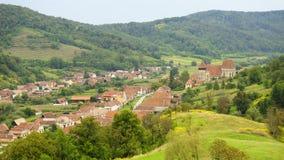 Église et village, jument de Copsa, la Transylvanie, Roumanie Images libres de droits