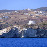 Église et village sur l'île grecque Photographie stock libre de droits