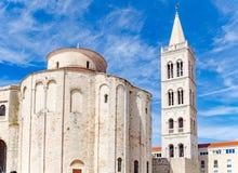 Église, forum et cathédrale de St Donat de tour de cloche de St Anastasia dans Zadar image libre de droits