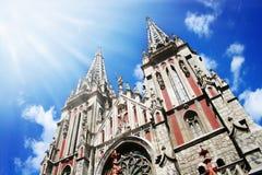 Église gothique avec des rayons du soleil Images stock