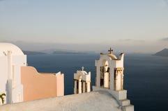 Église grecque d'île au-dessus de santori d'oia de caldeira image stock