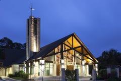 Église illuminée la nuit photo libre de droits