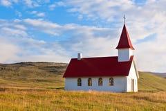 Église islandaise rurale typique sous un ciel bleu d'été Photo libre de droits