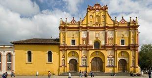 Église jaune dans des maisons de las de San Cristobal Photographie stock libre de droits