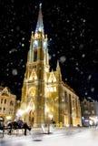 Église la nuit à Novi Sad image stock