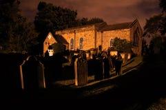 Église la nuit Images libres de droits