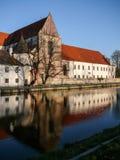 Église le long de la rivière Photographie stock