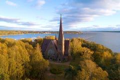 Église luthérienne de Mary Magdalene dans la photographie aérienne d'automne d'or Primorsk, Russie images stock