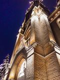 Église luthérienne la nuit, illuminé pour les vacances de Noël - ville d'Arad - la Roumanie photographie stock