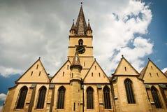 Église médiévale avec la tour d'horloge Images stock