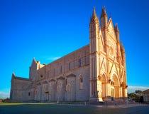 Église médiévale de cathédrale de Duomo d'Orvieto sur le coucher du soleil. Italie Photographie stock