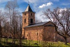 Église médiévale entourée par des arbres Photos stock
