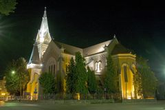 Église médiévale magique près de parc vert la nuit Photo stock