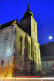 Église noire la nuit, Transylvanie, pleine lune Photos stock