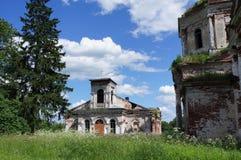 Église orthodoxe abandonnée dans la province de l'oblast de Tver Photographie stock libre de droits