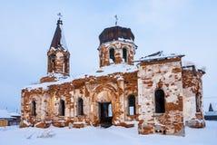 Église orthodoxe abandonnée dans la scène d'hiver Image stock