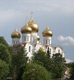 Église orthodoxe avec des dômes d'or Photographie stock
