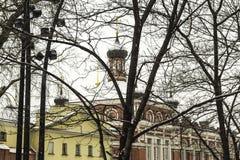 Église orthodoxe, avec des murs rouges et un dôme, pendant chutes de neige Photographie stock libre de droits