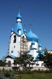 Église orthodoxe avec les dômes bleus images libres de droits