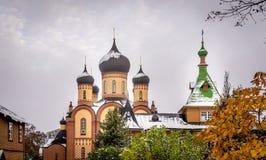 Église orthodoxe avec les dômes et la neige image stock