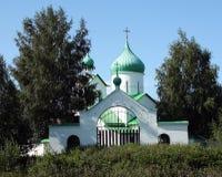 Église orthodoxe avec les dômes verts images stock