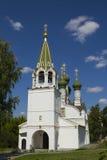 Église orthodoxe avec les dômes verts Photographie stock libre de droits