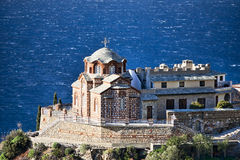 Église orthodoxe bizantine sur une roche au-dessus de la mer Images stock
