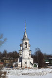 Église orthodoxe contre le ciel bleu de ressort Photos libres de droits
