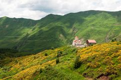 Église orthodoxe dans Gudauri, la Géorgie Photographie stock libre de droits