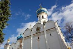Église orthodoxe dans la rue Sergius de Lavra de trinité Photo libre de droits