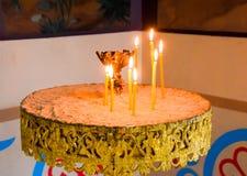 Église orthodoxe de l'intérieur Bougies brûlantes de cire devant des icônes et des fresques Religion chrétienne Photographie stock libre de droits