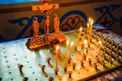 Église orthodoxe de l'intérieur Bougies brûlantes de cire devant des icônes et des fresques Religion chrétienne Photos stock