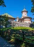 Église orthodoxe de Sinaia en dehors des murs de monastère Allée et OE images stock