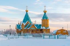 Église orthodoxe en bois dans le nord de la Russie pendant l'hiver Image stock