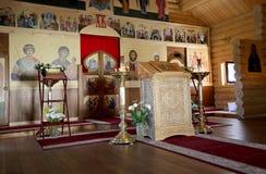 Église orthodoxe en bois moderne intérieure à Moscou, Russie Photo libre de droits