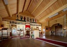 Église orthodoxe en bois moderne intérieure à Moscou, Russie Photos stock