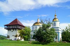 Église orthodoxe et tour reconstituée de forteresse antique dans le medie photographie stock libre de droits