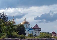 Église orthodoxe et tour reconstituée de forteresse antique dans le medie image libre de droits