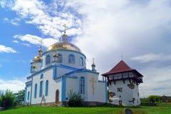 Église orthodoxe et tour reconstituée de forteresse antique en villa images libres de droits